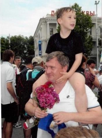 Лещинский Олег с сыном на Нахимова после выхода в Премьер-лигу