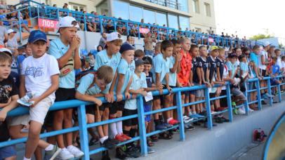 Новый автобус для футбольного клуба «Севастополь» и подарки для детей: на СОК «Севастополь» прошел спортивный праздник